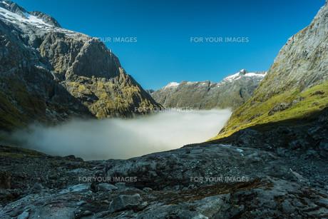 gertrude valley in fiordland national park,new zealandの写真素材 [FYI00635880]