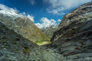 gertrude valley in fiordland national park,new zealandの写真素材 [FYI00635882]