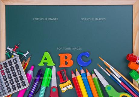 School supplies on blackboard backgroundの写真素材 [FYI00635887]