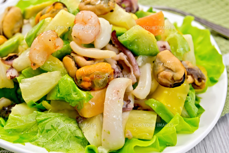 Salad seafood and lettuce on light boardの写真素材 [FYI00636023]