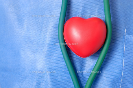 Doctor with red heart shapeの素材 [FYI00636282]