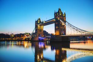 Tower bridge in London, Great Britain at sunriseの写真素材 [FYI00636353]
