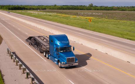 Blue Big Rig Semi Truck Car Hauler Highway Transportationの写真素材 [FYI00636383]