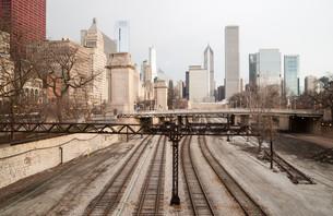 Rairoad Train Tracks Railyards Downtown Chicago Skyline Transportation Infrastructureの写真素材 [FYI00636388]