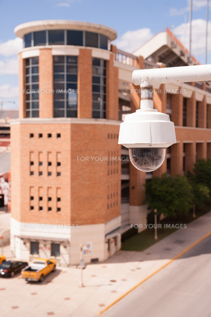 Video Security Camera Housings Mounted High on College Campusの写真素材 [FYI00636391]