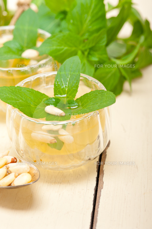 Arab traditional mint and pine nuts teaの素材 [FYI00636423]