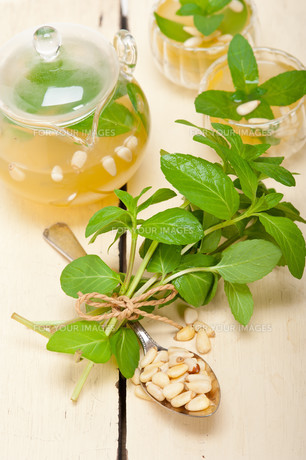 Arab traditional mint and pine nuts teaの素材 [FYI00636428]