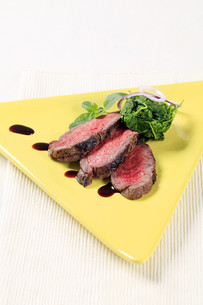 Roast beef and spinach leavesの写真素材 [FYI00636509]