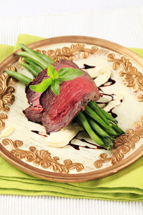 Roast beef and string beansの写真素材 [FYI00636511]