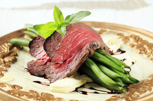 Roast beef and string beansの写真素材 [FYI00636512]