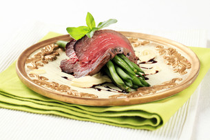 Roast beef and string beansの写真素材 [FYI00636514]