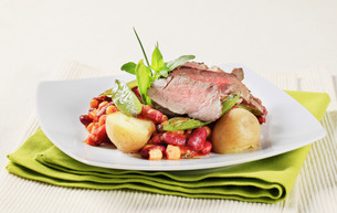 Roast beef with red beans and potatoesの写真素材 [FYI00636515]