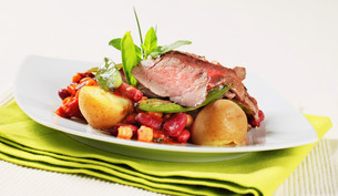 Roast beef with red beans and potatoesの写真素材 [FYI00636520]