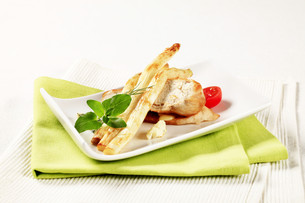 White asparagus and chicken breastの写真素材 [FYI00636550]