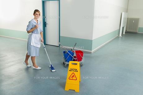 Female Janitor Cleaning Floorの写真素材 [FYI00636745]