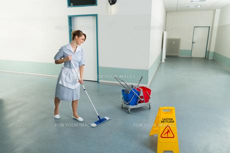 Female Janitor Cleaning Floorの写真素材 [FYI00636747]