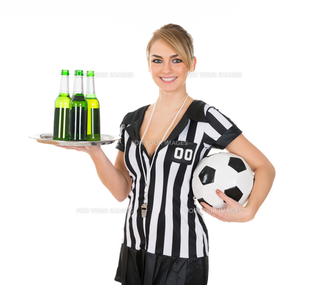 Referee Holding Drinks And Footballの素材 [FYI00636753]