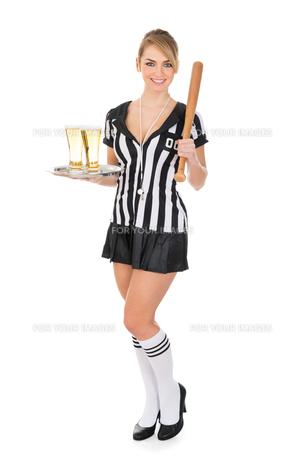 Referee Holding Beer And Baseball Batの素材 [FYI00636764]