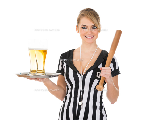 Female Referee With Beer And Baseball Batの素材 [FYI00636765]