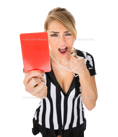 Female Referee Holding Red Cardの素材 [FYI00636768]