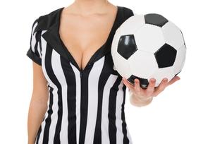 Female Referee Holding Footballの素材 [FYI00636785]