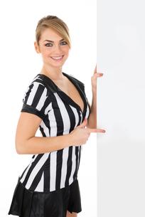 Female Referee With Billboardの素材 [FYI00636787]