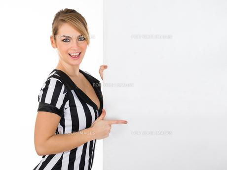 Female Referee With Billboardの素材 [FYI00636791]