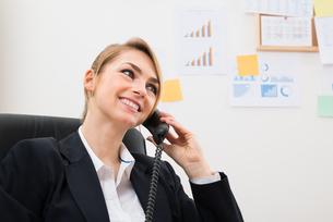 Happy Businesswoman Using Telephoneの写真素材 [FYI00636797]