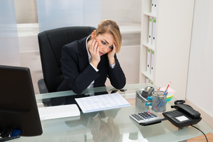 Businesswoman With Gantt Progress Chart At Deskの写真素材 [FYI00636800]