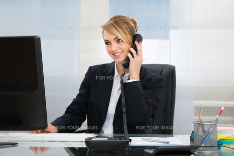 Happy Businesswoman Talking On Telephoneの写真素材 [FYI00636801]