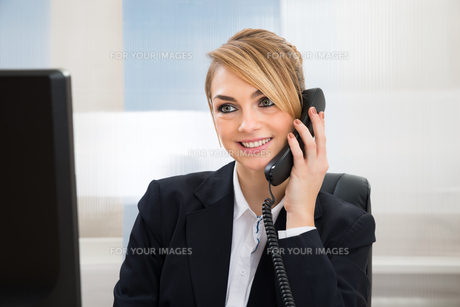 Happy Businesswoman Talking On Telephoneの写真素材 [FYI00636803]