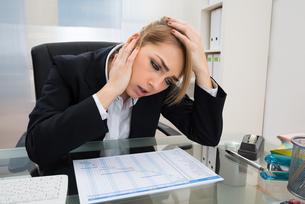 Businesswoman With Gantt Progress Chart At Deskの写真素材 [FYI00636804]