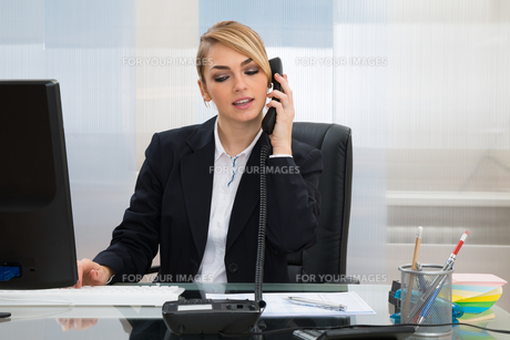 Businesswoman Talking On Telephoneの写真素材 [FYI00636805]