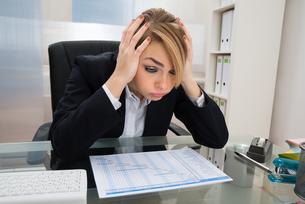 Businesswoman With Gantt Progress Chart At Deskの写真素材 [FYI00636807]