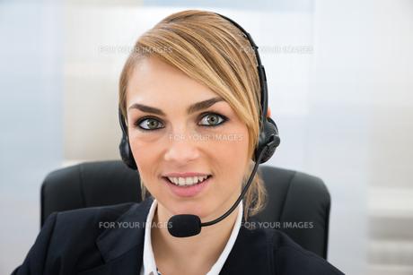 Smiling Female Customer Service Representativeの写真素材 [FYI00636855]