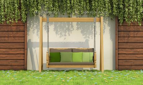 wooden swing in a gardenの写真素材 [FYI00636996]