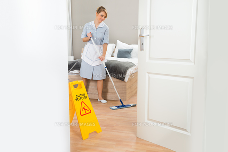 Maid Cleaning Floor With Mopの写真素材 [FYI00637112]