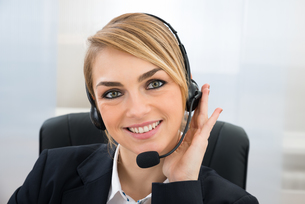 Smiling Female Customer Service Representativeの写真素材 [FYI00637126]