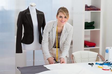 Female Fashion Designer Cutting Fabricの写真素材 [FYI00637151]