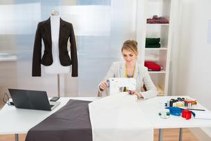 Fashion Designer Stitching Fabric On Sewing Machineの写真素材 [FYI00637152]