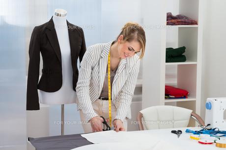 Female Fashion Designer Cutting Fabricの写真素材 [FYI00637154]