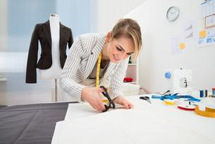 Female Fashion Designer Cutting Fabricの写真素材 [FYI00637156]
