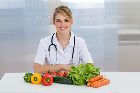 Female Dietician With Vegetablesの写真素材 [FYI00637166]