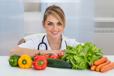 Female Dietician With Vegetablesの写真素材 [FYI00637168]