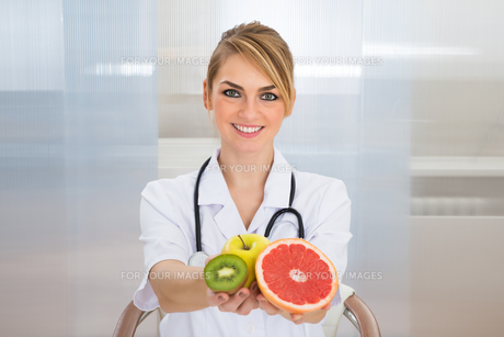 Female Dietician Holding Fruitsの写真素材 [FYI00637187]