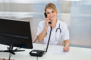 Female Doctor Talking On Telephoneの写真素材 [FYI00637191]