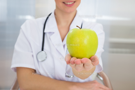 Dietician Holding Green Appleの写真素材 [FYI00637194]
