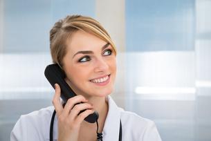Doctor Talking On Telephoneの写真素材 [FYI00637199]