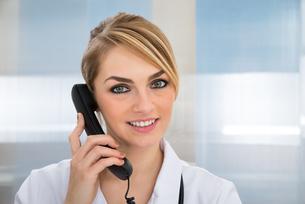 Doctor Talking On Telephoneの写真素材 [FYI00637202]