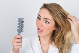 Worried Woman Looking At Combの写真素材 [FYI00637239]
